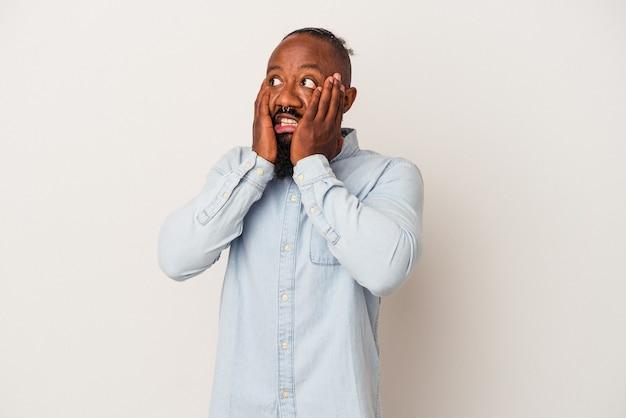 Афро-американский мужчина с бородой, изолированной на розовой стене, испугался и испугался.