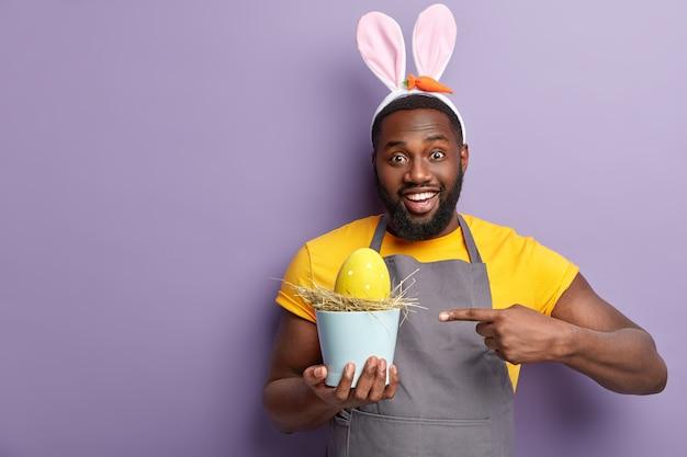 Uomo afroamericano con orecchie da coniglio