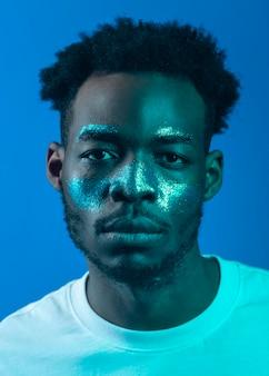 Uomo afroamericano con la pittura del viso