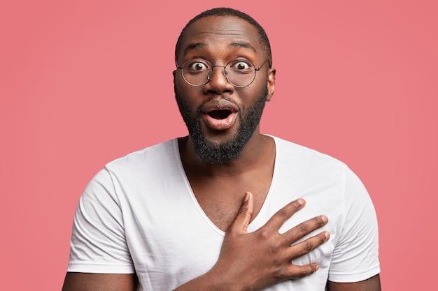 丸いメガネのアフリカ系アメリカ人の男
