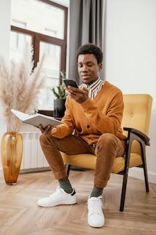 Афро-американский мужчина работает из дома