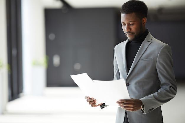 Афро-американский менеджер, изучающий документы