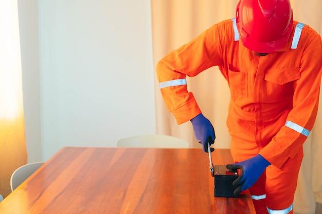 Афро-американский механик работает над домом