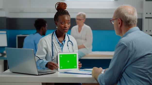 グリーンスクリーン技術について話しているアフリカ系アメリカ人の薬