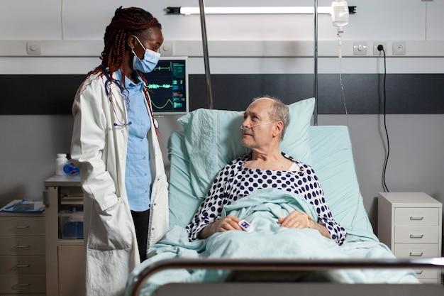 African american medical practitoner wearing chirurgical mask