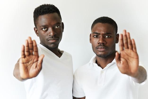 白いtシャツを着たアフリカ系アメリカ人の男性