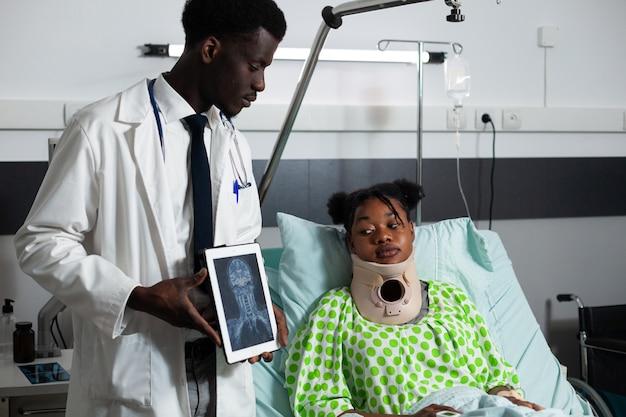 디지털 태블릿에서 엑스레이를 보고 있는 아프리카계 미국인