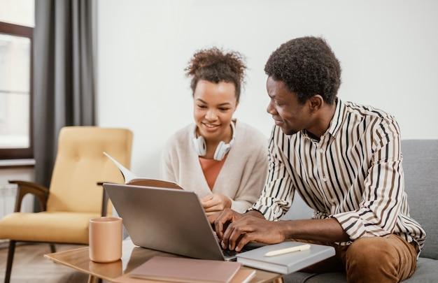 Афро-американцы, работающие в современном месте