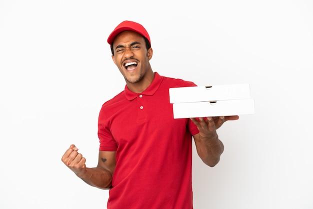 勝利を祝う孤立した白い壁の上のピザの箱を拾うアフリカ系アメリカ人のピザ配達人