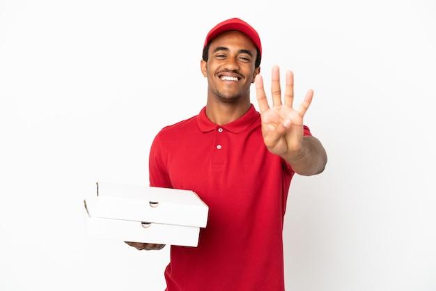 Афро-американский доставщик пиццы собирает коробки для пиццы на изолированной белой стене счастлив и считает четыре пальцами