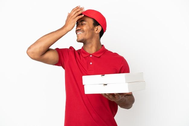 Афро-американский доставщик пиццы, собирающий коробки из-под пиццы над изолированной белой стеной, кое-что понял и намеревается найти решение
