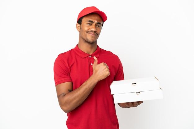 誇りと自己満足の孤立した白い壁の上にピザの箱を拾うアフリカ系アメリカ人のピザ配達人