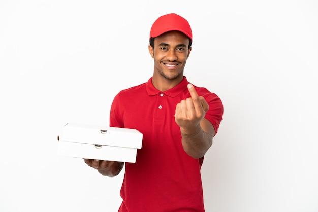 孤立した白の上にピザの箱を拾うアフリカ系アメリカ人のピザ配達人
