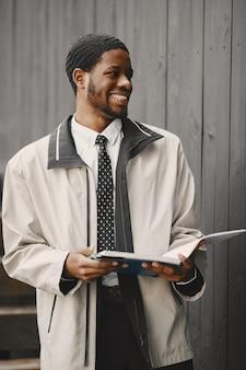 L'afroamericano sta preparando per una riunione d'affari