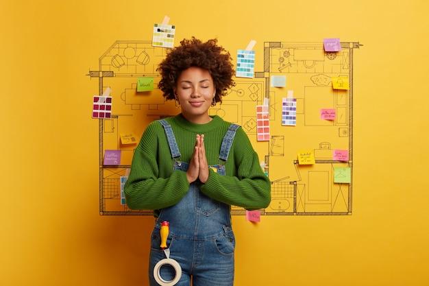 Afroamericano pronto per la ristrutturazione della casa