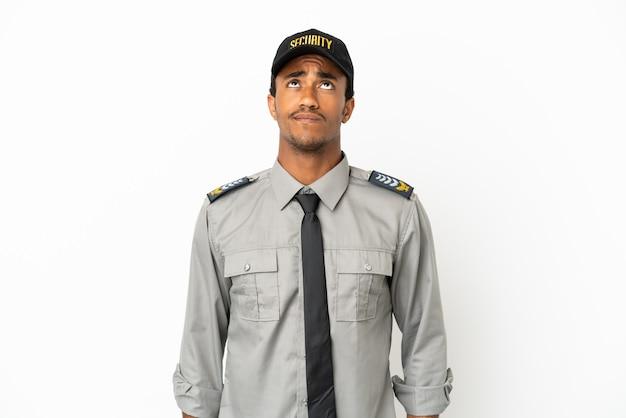 Афро-американская охрана на изолированном белом фоне и смотрит вверх