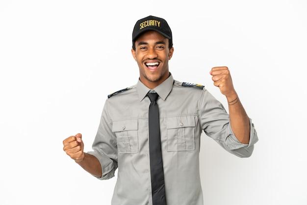 Афро-американская охрана на изолированном белом фоне празднует победу
