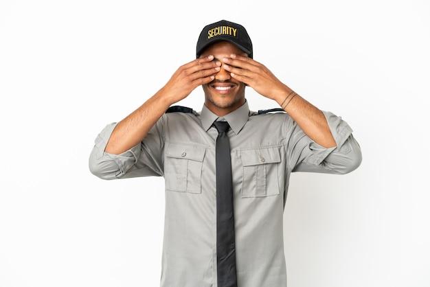 Афро-американская охрана на изолированном белом фоне, прикрывая глаза руками