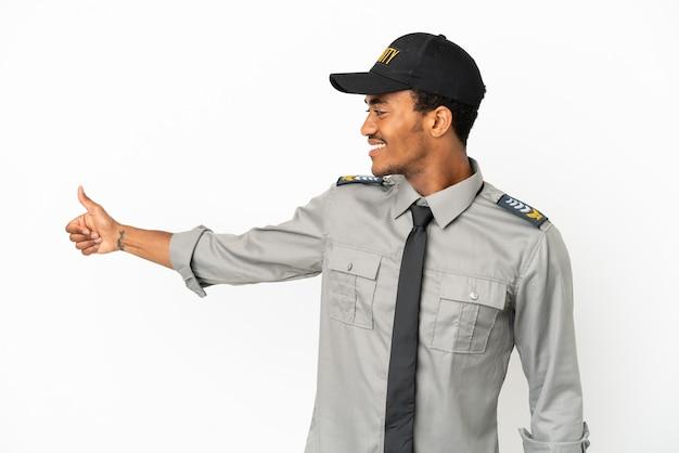 親指を立てるジェスチャーを与える孤立した白い背景の上のアフリカ系アメリカ人の保護