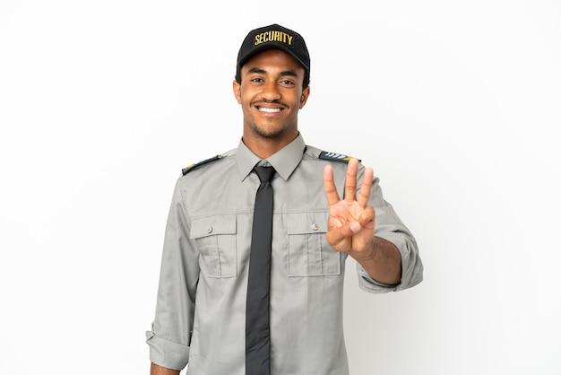 Афро-американская охрана на изолированном белом фоне счастлива и считает три пальцами