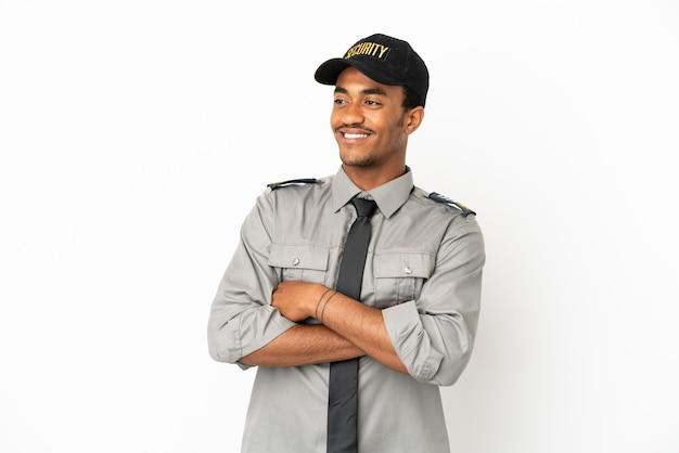 Афро-американская охрана на изолированном белом фоне счастливыми и улыбающимися