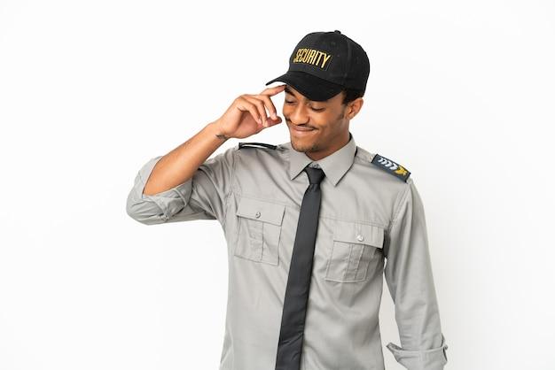 Афро-американская охрана на изолированном белом фоне смеется