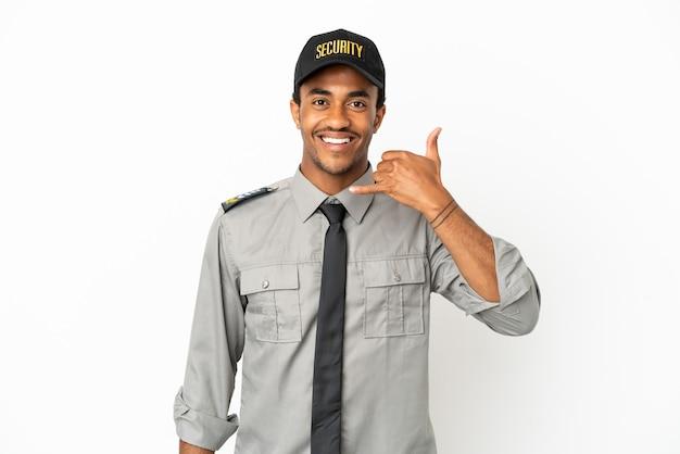 Афро-американская охрана на изолированном белом фоне, делая телефонный жест. перезвони мне знак