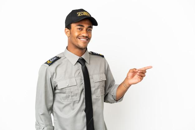 Афро-американская охрана на изолированном белом фоне, указывая пальцем в сторону