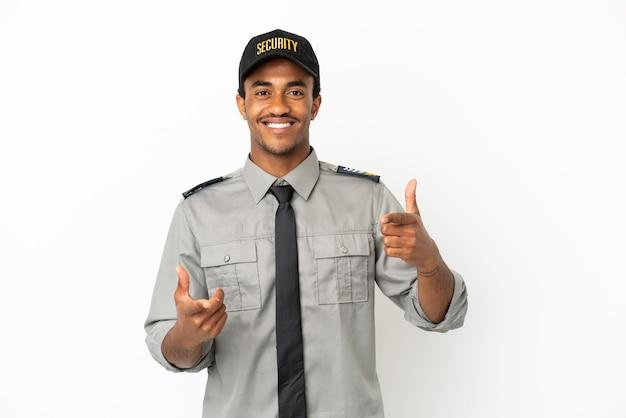 Афро-американская охрана на изолированном белом фоне, указывая на фронт и улыбаясь