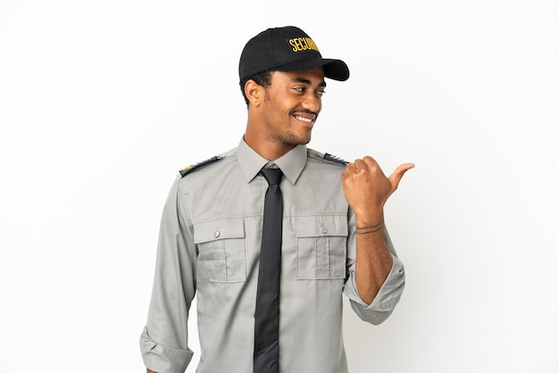 Афро-американская охрана на изолированном белом фоне, указывая в сторону, чтобы представить продукт