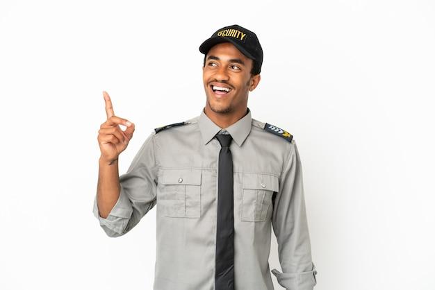 Афро-американская охрана на изолированном белом фоне, указывая вверх и удивляясь