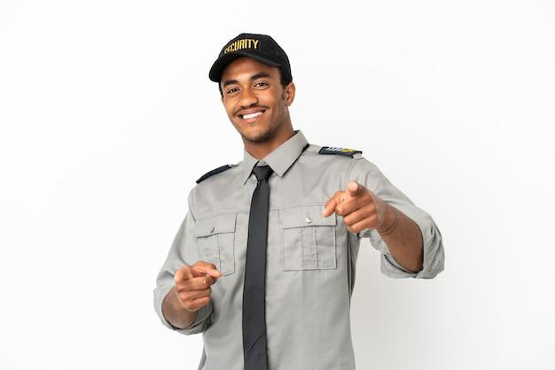 Афро-американская охрана на изолированном белом фоне указывает пальцем на вас, улыбаясь