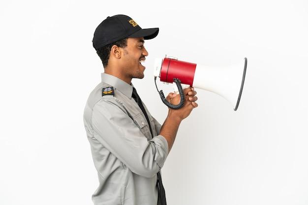Афро-американская охрана на изолированном белом фоне кричит в мегафон