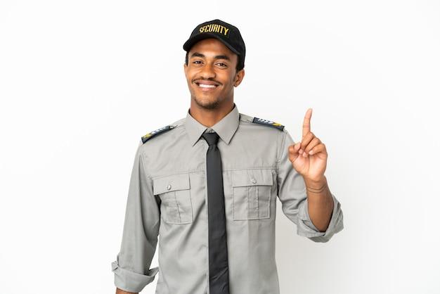 Афро-американская охрана на изолированном белом фоне показывает и поднимает палец в знак лучших