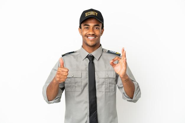 Афро-американская охрана на изолированном белом фоне, показывающая знак ок и жест пальца вверх