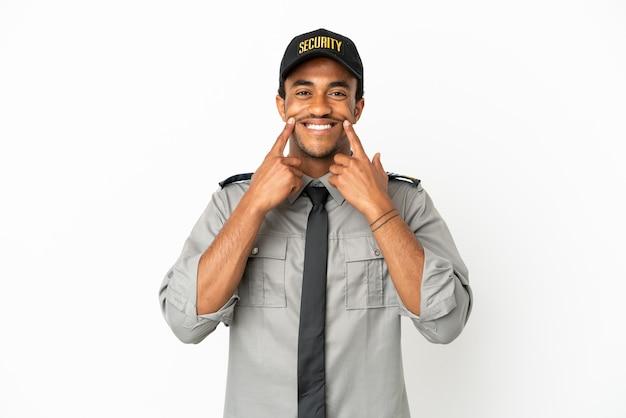 Афро-американская охрана на изолированном белом фоне, улыбаясь счастливым и приятным выражением лица