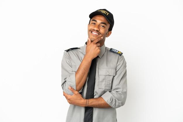 Афро-американская охрана на изолированном белом фоне улыбается