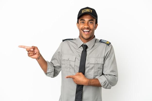Афро-американская охрана на изолированном белом фоне удивлена и указывает сторону