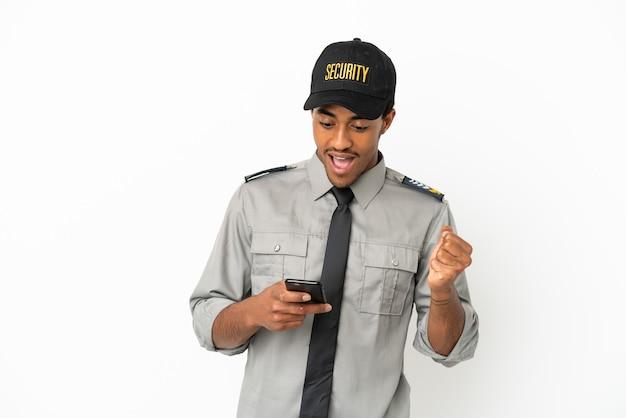 Афро-американская охрана на изолированном белом фоне удивлена и отправляет сообщение