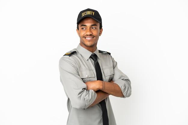 Афро-американская охрана на изолированном белом фоне со скрещенными руками и счастливыми
