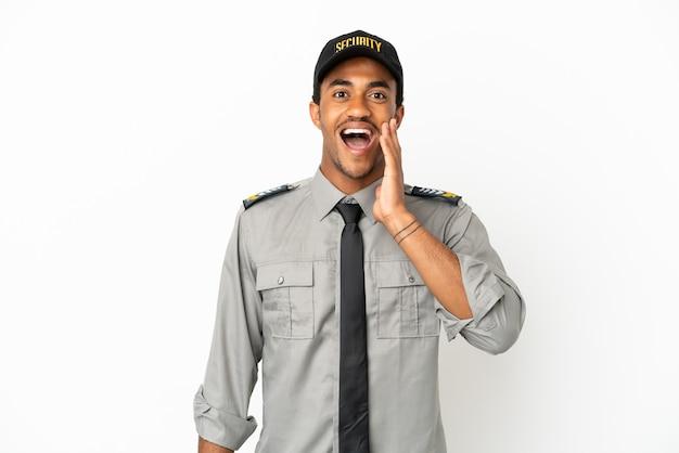 Афро-американская охрана на изолированном белом фоне с удивленным и шокированным выражением лица
