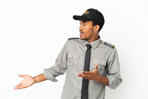 Афро-американская охрана на изолированном белом фоне с удивленным выражением лица