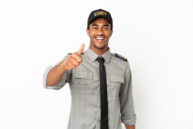 Афро-американская охрана на изолированном белом фоне с большими пальцами руки вверх, потому что произошло что-то хорошее