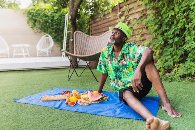 야외 피크닉에서 아프리카계 미국인 수석 남자