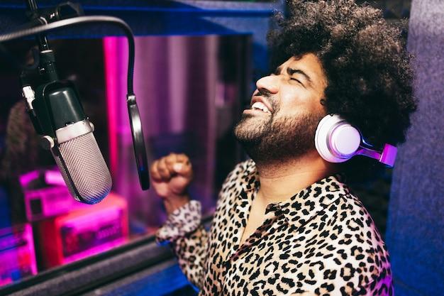 부티크 스튜디오 내부에 새로운 음악 앨범을 녹음하는 아프리카 계 미국인 가수-기술 및 레코드 레이블 산업 개념-코에 대한 주요 초점
