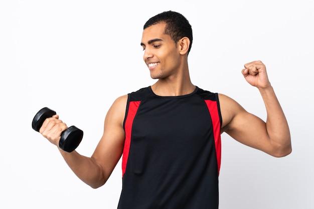 Афро-американский спортивный человек над белой стене празднует победу