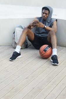 スマートフォンを使用してアフリカ系アメリカ人のスポーツマン