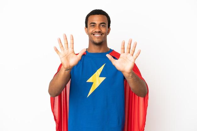 指で10を数える孤立した白い背景の上のアフリカ系アメリカ人のスーパーヒーローの男