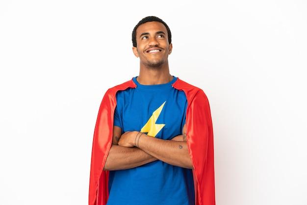 Афро-американский супергерой человек на изолированном белом фоне, глядя вверх, улыбаясь