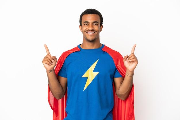 素晴らしいアイデアを指している孤立した白い背景の上のアフリカ系アメリカ人のスーパーヒーローの男